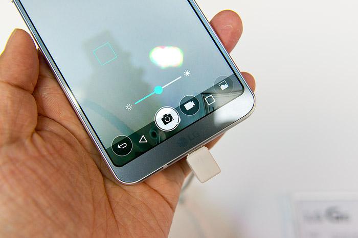 카메라 버튼 위에 표시되는 안드로이드 소프트 버튼. 이게 편할 리는 없다