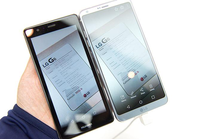 오른쪽 LG G6의 18대 9 사진을 왼쪽 16대 9 비율 스마트폰으로 옮겨보면 양옆에 굵은 검은 띠가 생긴다