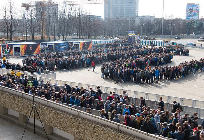 토요일 이른 아침부터 수많은 관람객이 IEM 최종전이 열리는 스포덱으로 입장하고 있다.
