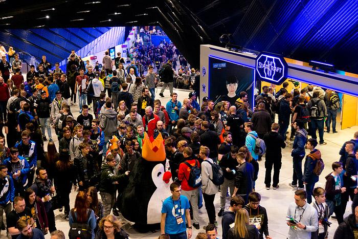 스타크래프트 예선전을 보려고 대기 중인 참관객들과 후원사 부스로 가려는 이들로 컨퍼런스 센터는 매우 혼잡했다.