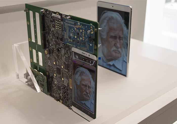 뒤쪽에 있는 태블릿에 재생되는 이미지나 사진을 앞쪽 보드에서 실시간으로 인식한다.