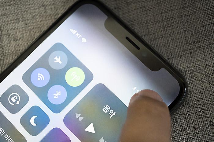 아이폰 X는 안드로이드처럼 화면 위에서 아래로 내려야 퀵 메뉴가 뜬다.