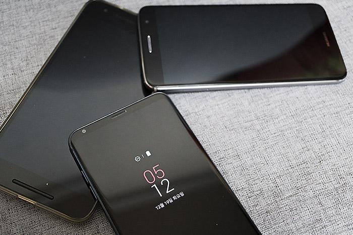 오늘날의 안드로이드폰 중 상당수는 화면 아래 홈 버튼이 없다.
