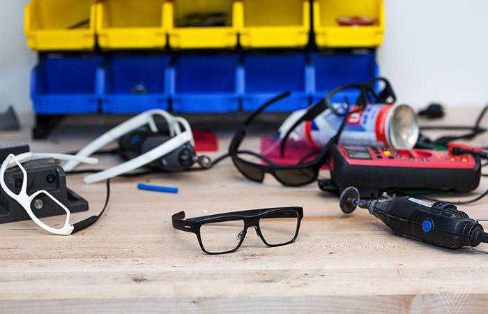 보통 안경처럼 보이는 스마트 글래스 선보인 인텔